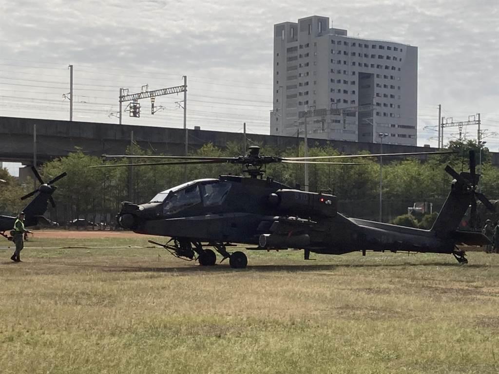阿帕契攻擊直升機、黑鷹直升機29日降落於新竹高鐵站旁的世興空氣品質淨化區,畫面罕見且震撼。(翻攝照片/莊旻靜新竹傳真)