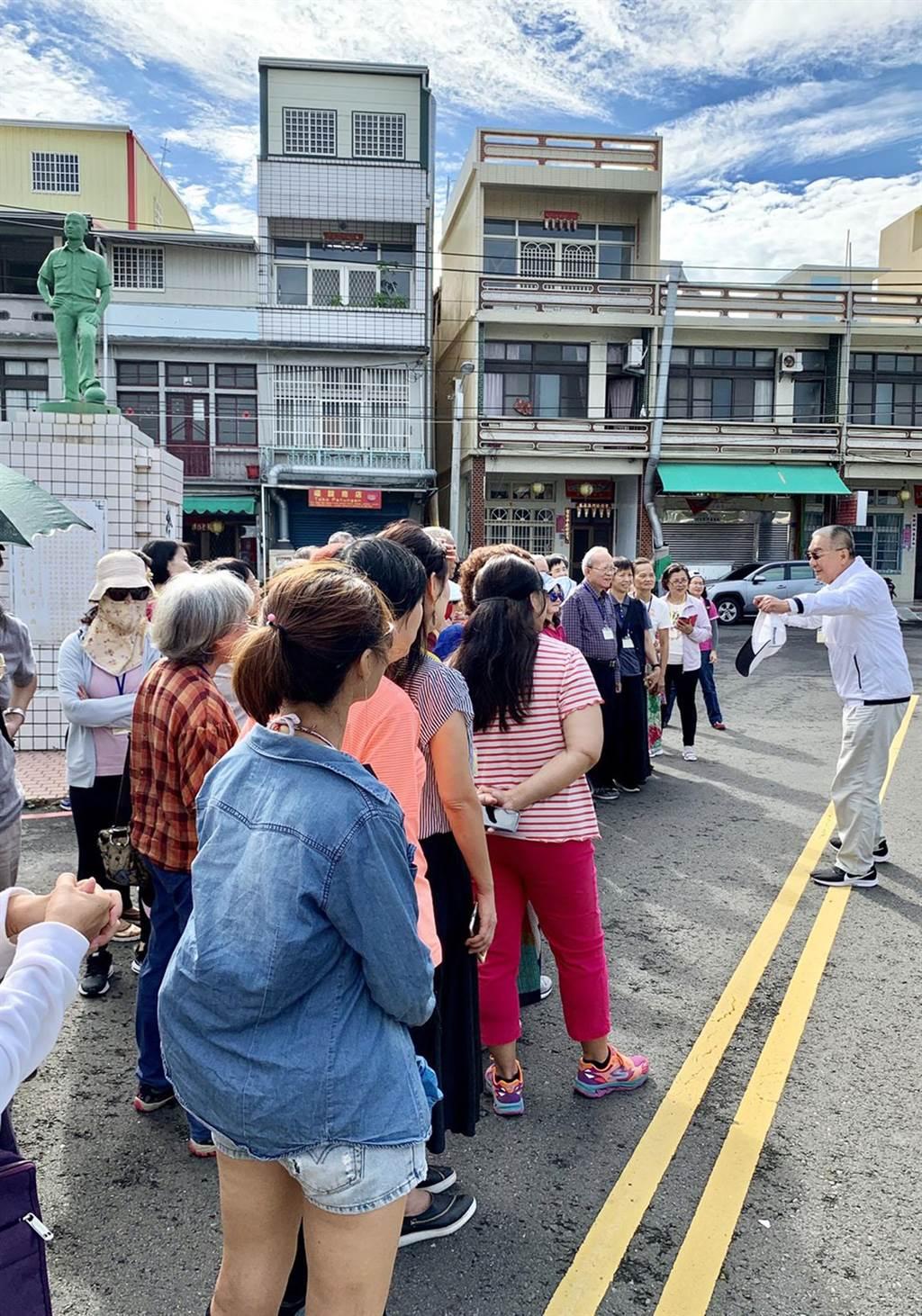 台南一中校友王興隆(右)南下屏東,特地前來韋啟承銅像前向老同學致意,並與在場友人分享他的義舉。(邱黃肇崇提供/林和生屏東傳真)
