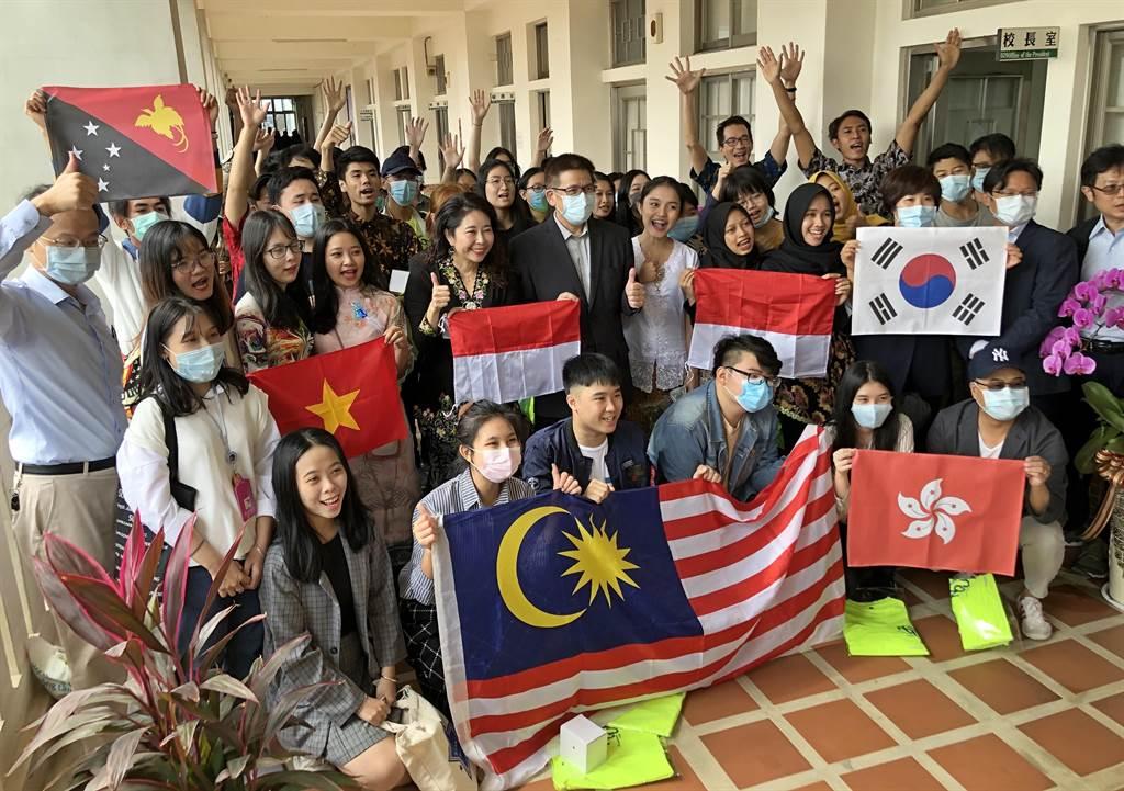 金大40多名已報到的境外新生今天一起拜會校長陳建民,感謝學校的多方照顧和關懷。(李金生攝)