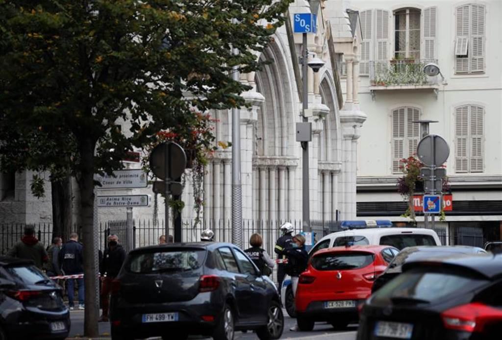 法尼斯发生恐攻并夺去2条人命,法国警方随后将圣母院一带封锁。(图/路透社)