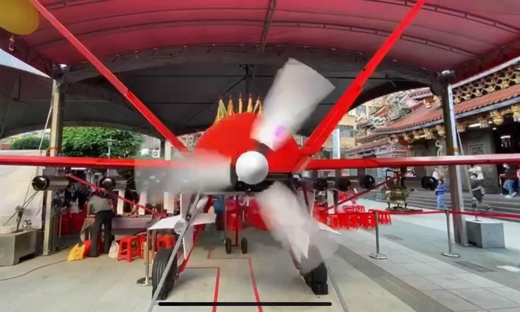 岡山區公所特地在活動中特別安排一架台灣首創的媽祖號飛機,它是一架大型長程遙控無人飛機,特別於下午3點揭牌,岡山媽祖婆安座於飛機上,提供全國各地善男信女「躦轎腳」祈福的活動。(柯宗緯翻攝)