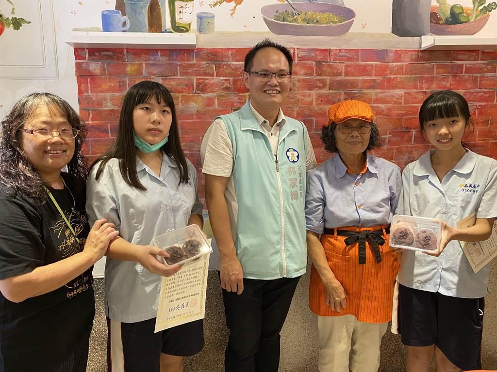市府社會處長林家緯頒感謝狀,食堂阿嬤送親手的甜點給彩繪的女學生表達謝意。(廖素慧攝)