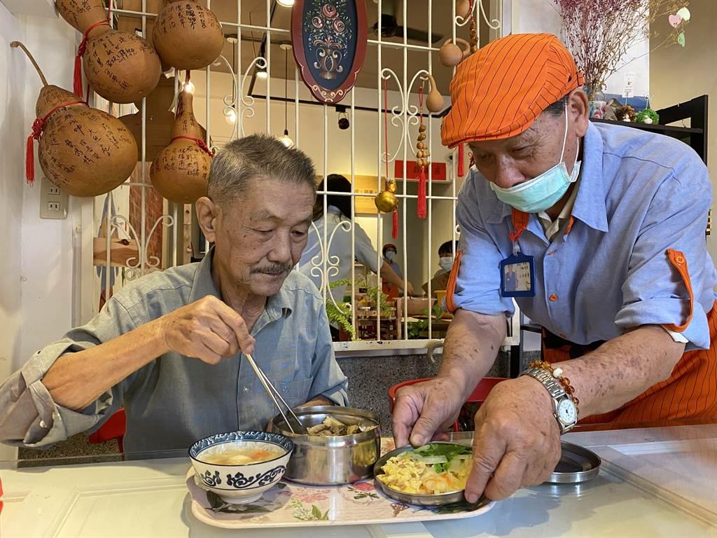 嘉義市「葫蘆.蘋果.貓」大齡食堂,長輩下廚、端菜服務主顧客。(廖素慧攝)