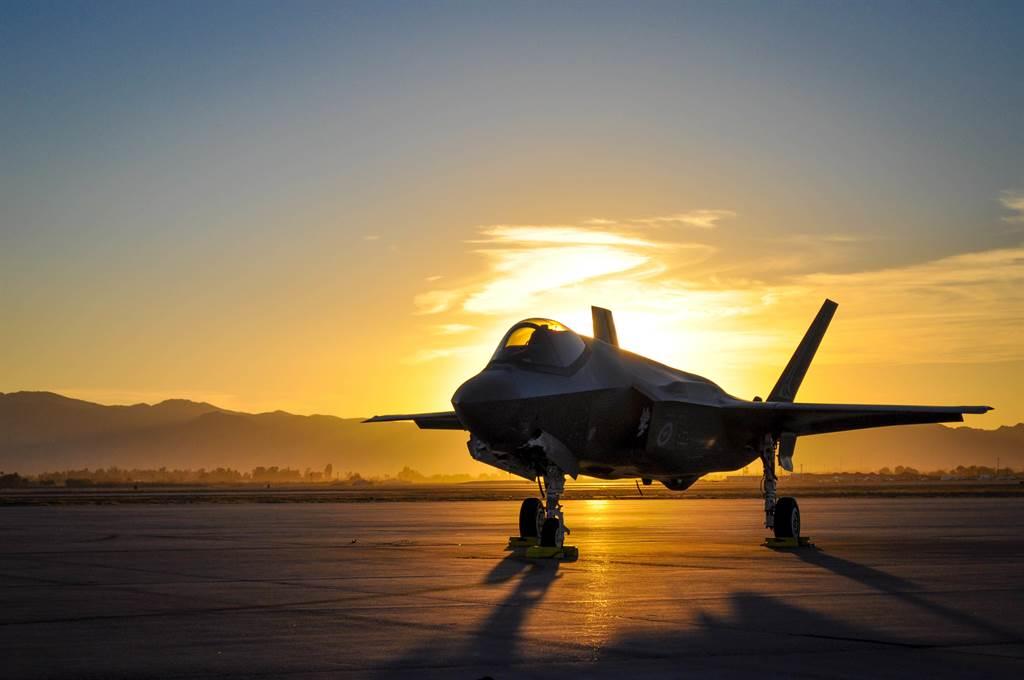 由於模擬器疑似因疫情大流行而研發不順,導致F-35無法進行聯合模擬環境測試,進入全量生產恐要到2021年4月以後。圖為澳洲的F-35。(圖/DVIDS)