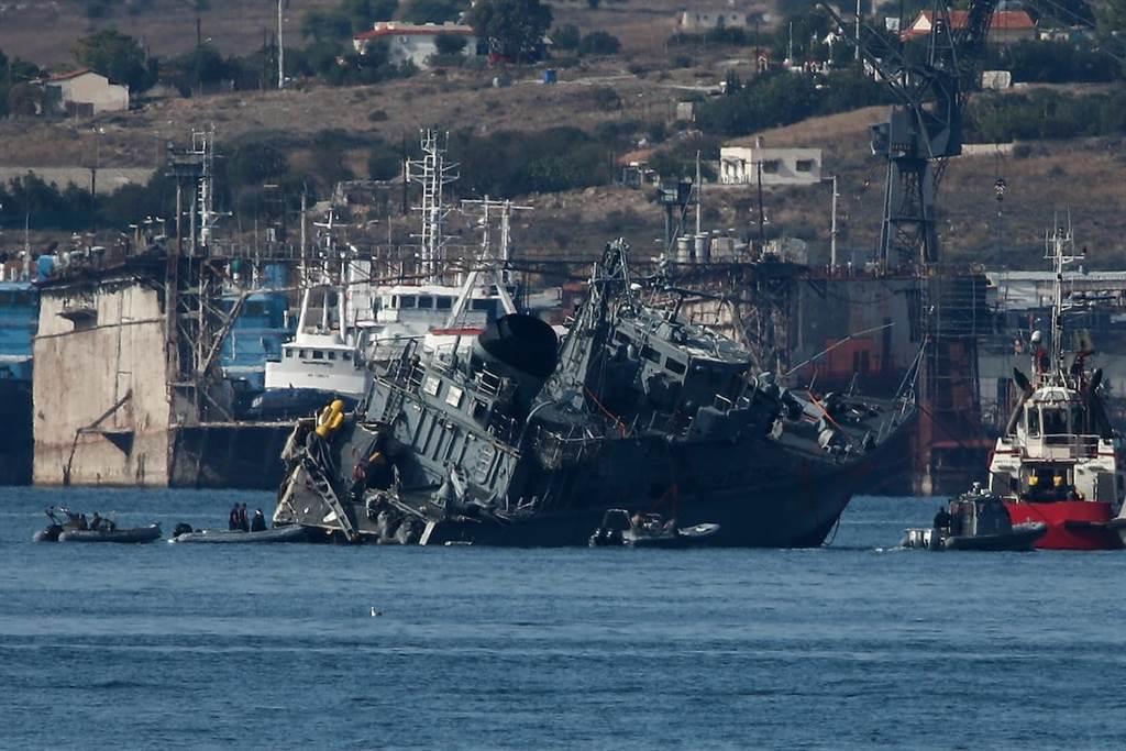 被貨櫃輪撞沉的希臘掃雷艦卡利斯托號。(圖/路透社)