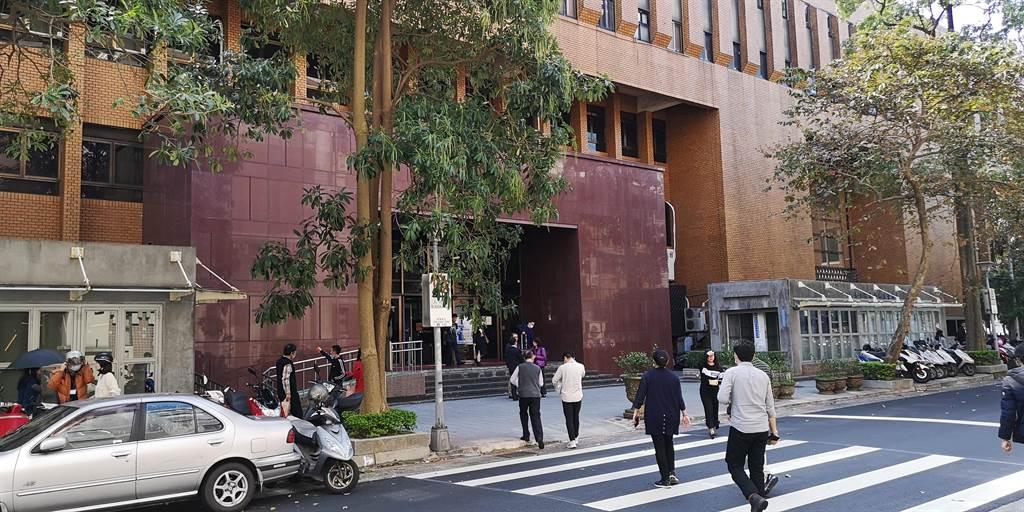 檢調偵辦中山警分局集體貪汙案,昨發動第4波搜索,台北地院裁定涉案2員警、5業者羈押禁見。(黃捷攝)