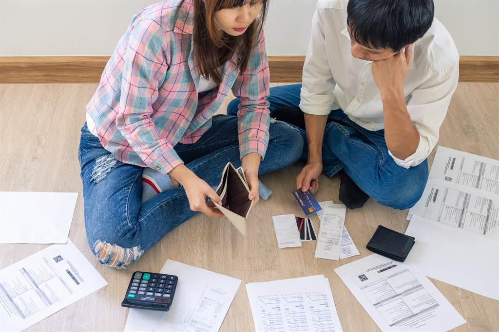 信用卡、房貸遲繳「黑一輩子」?資深銀行員驚吐內幕(示意圖/達志影像)