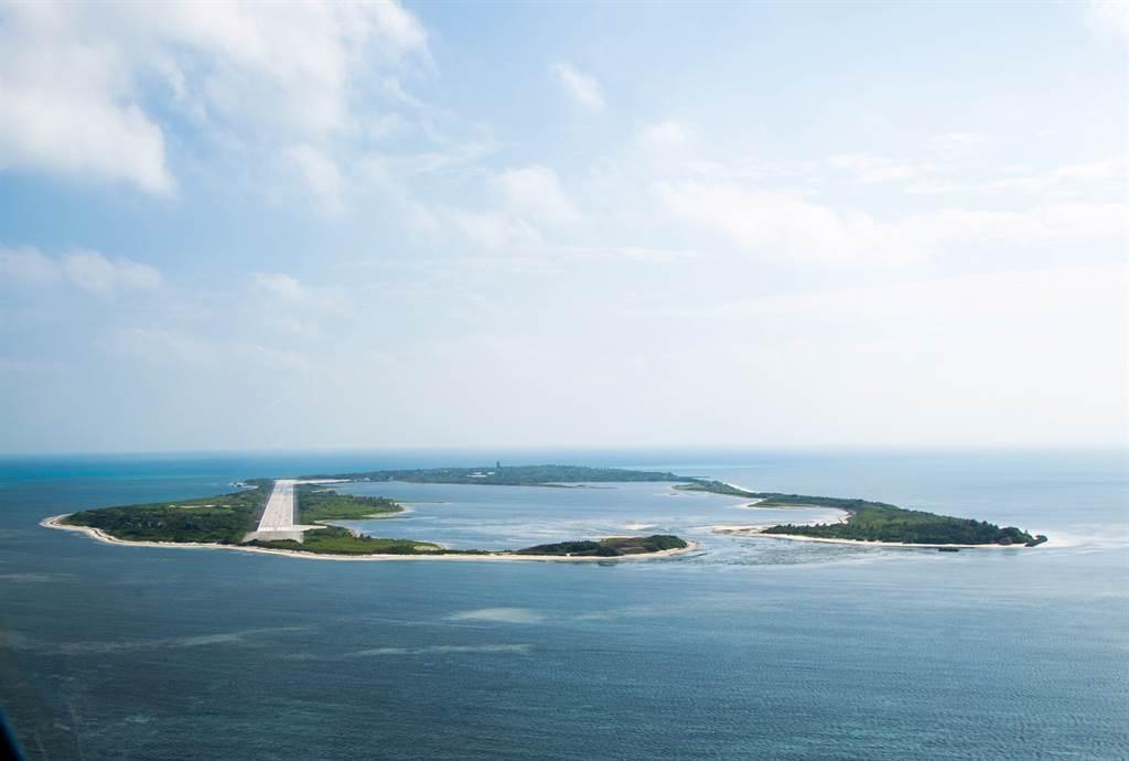 东沙岛孤悬海上,距大陆较近,距台湾反而较远,目前仅有海巡署人员驻守。位置坐落于北纬20度左右,岛屿面积有1.74平方公里。(图/军闻社提供)