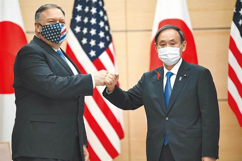 本月6日,美國國務卿蓬佩奧(左)赴東京,與日本、印度及澳洲外長舉行「四方安全對話」(Quad)會議,期間並會見日本首相菅義偉(右)。(美聯社)