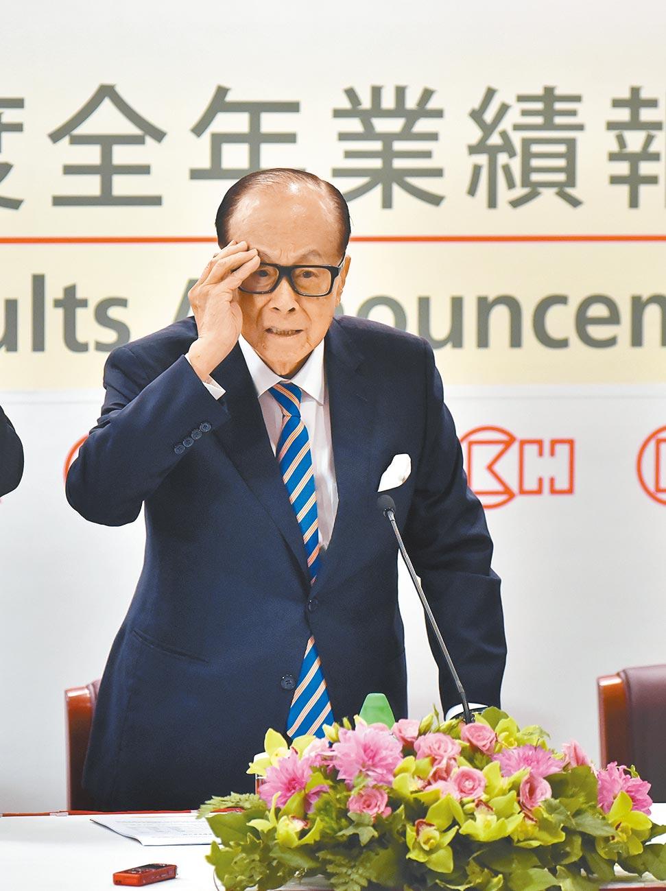 李嘉诚跌下香港首富的位子。(新华社资料照片)