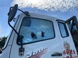 賓士男遭按喇叭不滿 當街拿棒球棍猛砸貨車