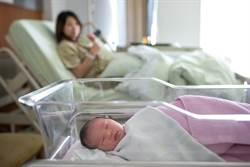 怀孕10个月不知情 她腹痛挂急诊后「产子」:莫名当妈了