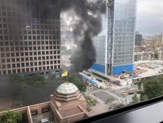 信義區陶朱隱園豪宅前火警 32輛機車焚毀濃煙蔽天