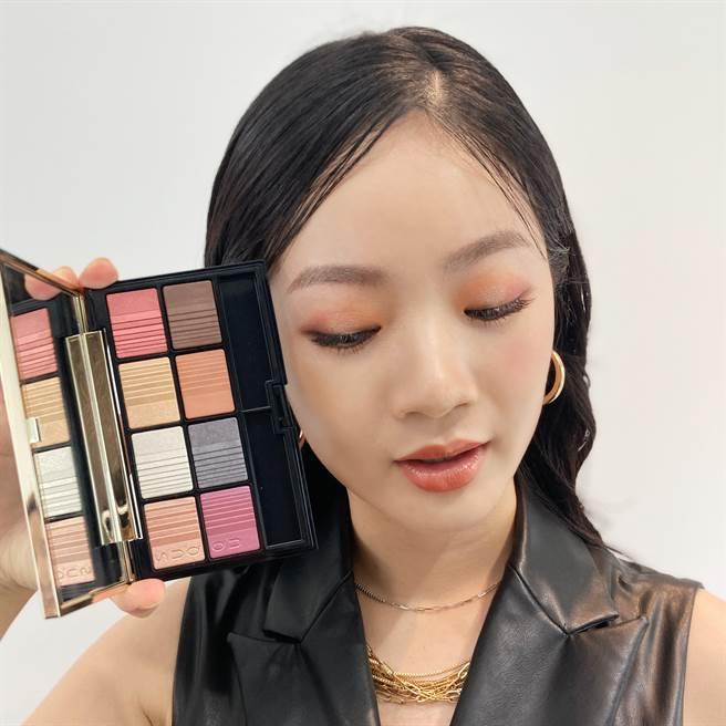 SUQQU聖誕限量「2020假日晶采眼彩盤」能打造典雅的眼妝。(圖/邱映慈攝影)