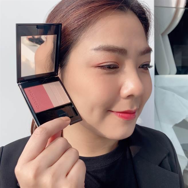 SUQQU聖誕限量晶采淨妍頰彩 #122綾紬是一款發色細緻的玫瑰色頰彩,搭配微微粉紅的打亮色,賦予柔美的華麗感。(圖/邱映慈攝影)