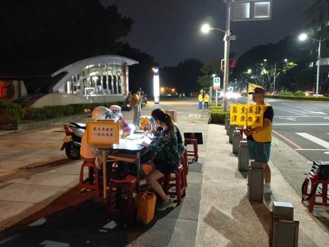 10月28日罷捷攤位現場。(圖/取自臉書「罷免黃捷-鳳山清捷行動本部」)