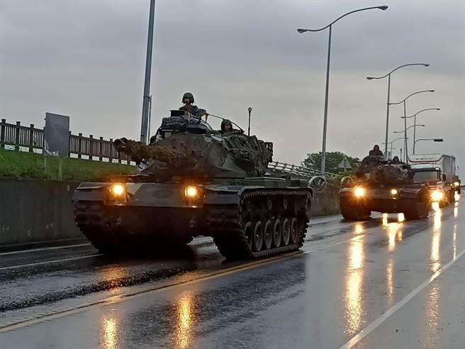 国军战备周演训持续进行,陆军兰指部陆军M60A3中型战车行驶在道路上,向集结点前进。(胡健森摄)