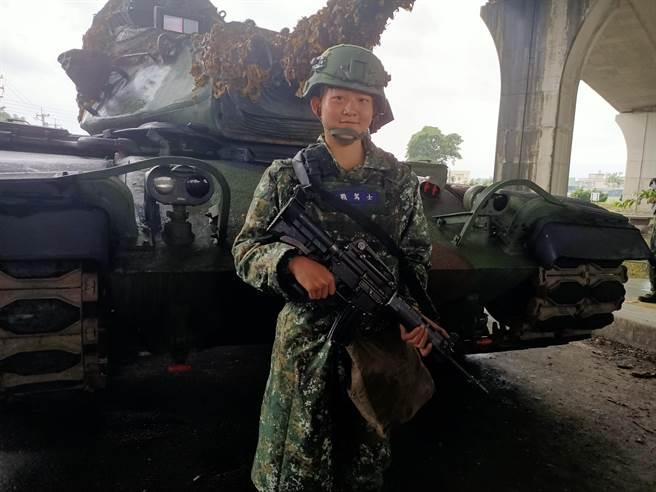 女战驾士符媞雯相当热爱军旅生活。(胡健森摄)