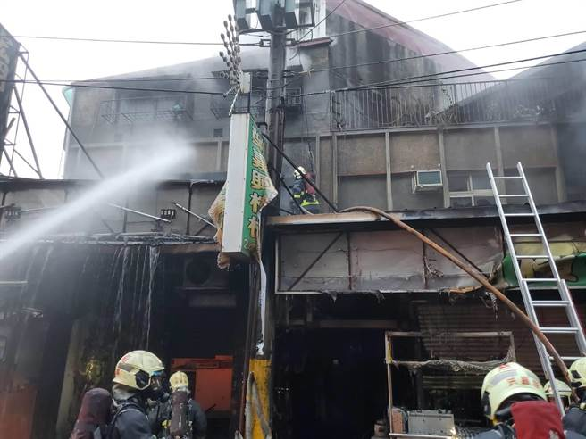 三重區大仁街今天凌晨傳出火警,警消在火場內救出7人,其中1人傷重不治。(新北市消防局提供/李俊淇新北傳真)