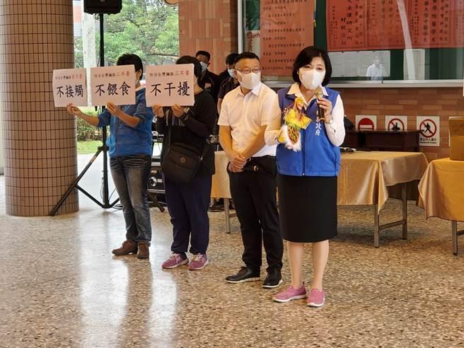 縣長張麗善今(29日)一早7點半到淵明國中,持齊天大聖的布袋戲偶對學生宣導不接觸、不餵食、不干擾台灣獼猴。(周麗蘭攝)