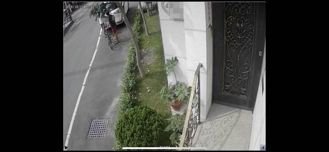 監視器拍到偷車賊身影。(讀者提供/劉秀芬台南傳真)