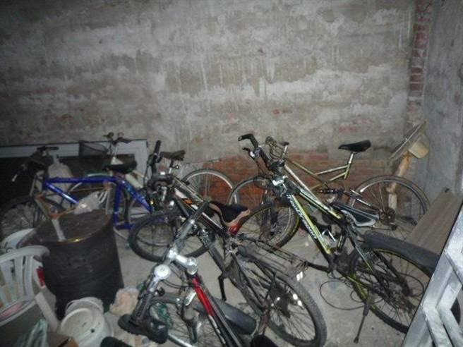 竊賊將竊取的自行車藏匿於多處地點。(讀者提供/劉秀芬台南傳真)