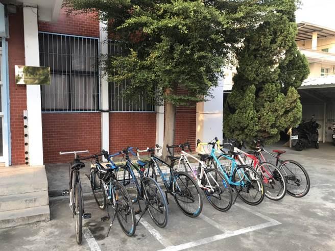 麻豆警方查獲竊賊竊取的自行車,比對後通知失主並陸續發還。(讀者提供/劉秀芬台南傳真)