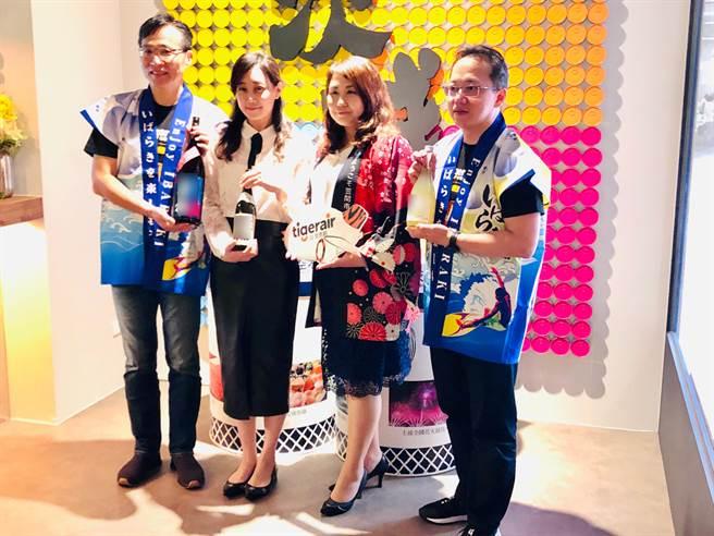 (左起)台湾虎航总经理张明玮、日本酒达人李艾霖、笠间市台湾办事处处长木下知香、台湾虎航商务长许致远。(黄采薇摄)