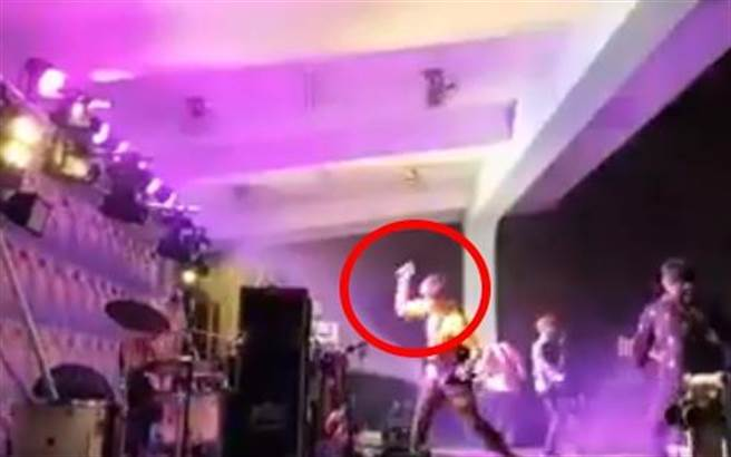 八三夭主唱阿璞将手中麦克风往地上摔,画面曝光引起网友热议。(照片/取自《网友》脸书)。