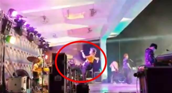 八三夭主唱阿璞舞台上狂踹不明物。(照片/取自《网友》脸书)。