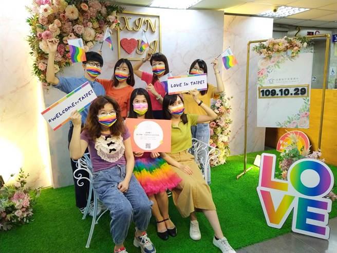 台北市信義區戶政事務所歡迎外國同性伴侶領取紀念證書。(台北市民政局提供/張立勳台北傳真)