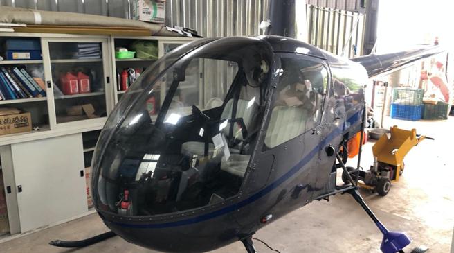 南投地檢署在台中市外埔區某廠房,扣得陳嫌所有「R22」直升機1部,並傳喚陳嫌到案說明(民眾提供/黃立杰南投傳真)
