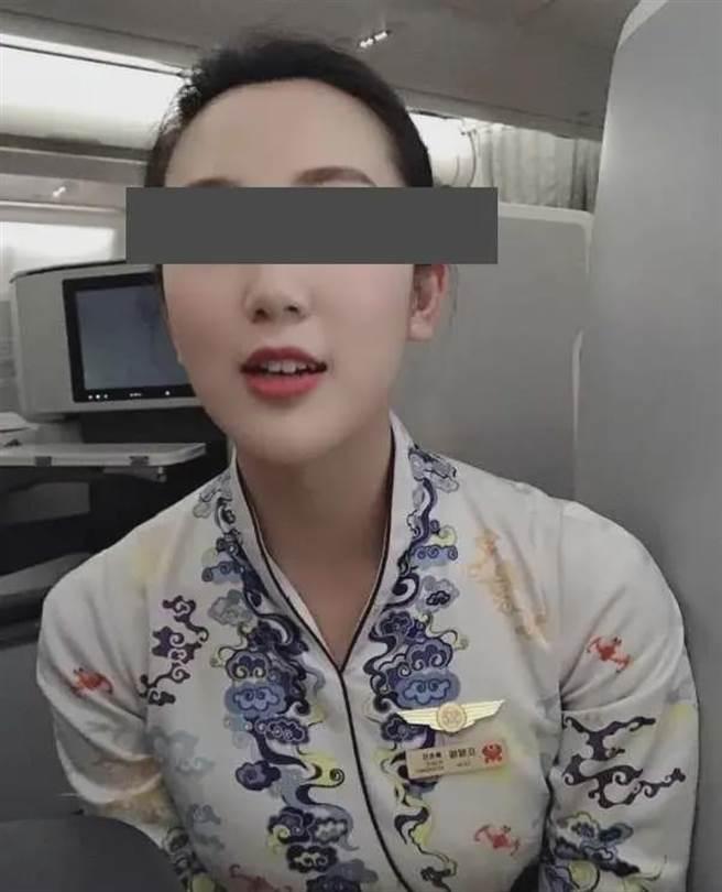 大陸一名空姐遭人網路爆料劈腿玩很大。(微博照片)