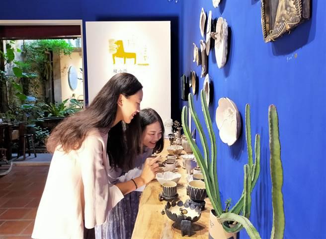 陶博館串連12間三鶯藝文展館舉辦「陶藝衛星展」,並邀請民眾參與走讀活動,走訪三鶯特色區域。(記者蔡雯如攝)