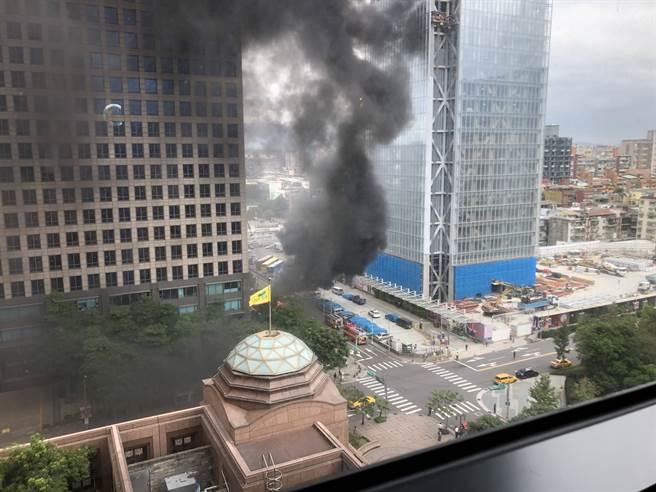 北市信義區今(29日)機車路邊竄起大火。(PTT《八卦版》/蘇育宣翻攝)