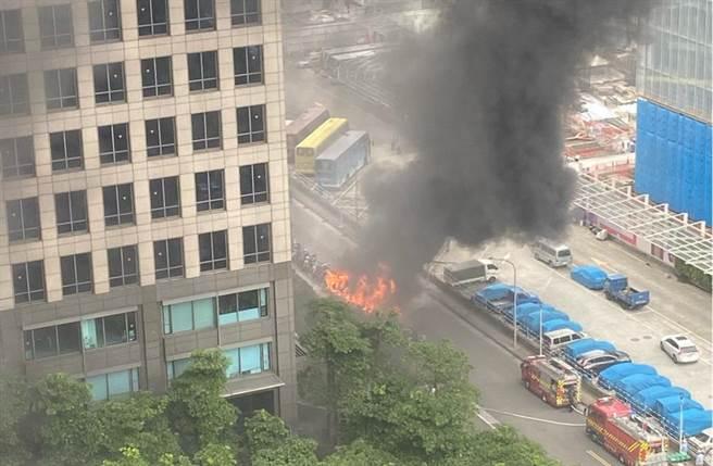 北市信義區今(29日)機車路邊竄起大火,現場竄起濃濃黑煙。(PTT《八卦版》/蘇育宣翻攝)