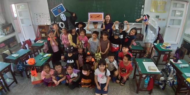 文華國小英語日結合世界動畫節辦理「文華搞什麼鬼」萬聖節活動,讓學生能在真實情境中自然使用英語,達到語言學習的最佳功效。(文華國小提供/何冠嫻苗栗傳真)