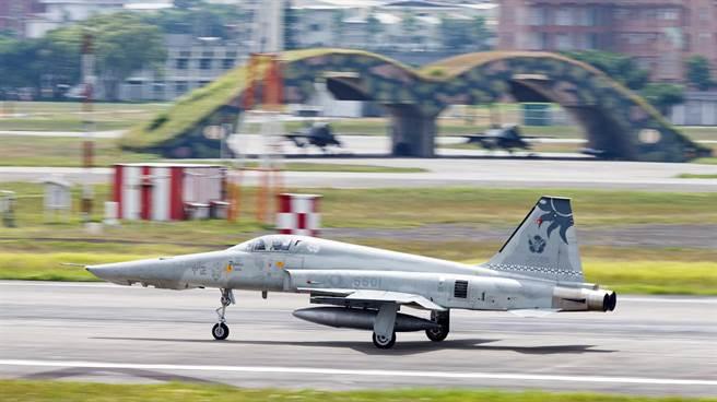 F-5E戰機失事原因不單純?張顯耀斷言:人禍。圖為「漢光34號」演習,F5戰機依令起飛。(圖/軍聞社,資料照)