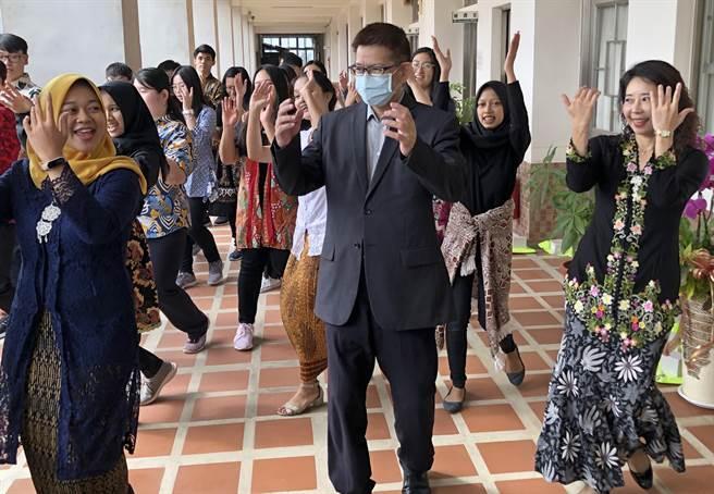 金大校長陳建民、國際長顏郁芳與印尼學生開心跳舞,歡迎加入金大的大家庭中。(李金生攝)