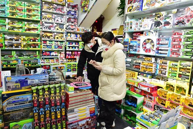 全球知名的浙江義烏小商品市場是全球最大的小商品市場,有人把美國競選商品訂單量當作預測美國大選結果的參考指數。(圖/新華社)