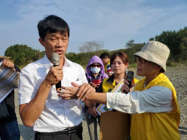 時代力量立委陳椒華(右)數度打斷雲林縣議員李明哲(左)的發言,最後沒收麥克風。(周麗蘭攝)