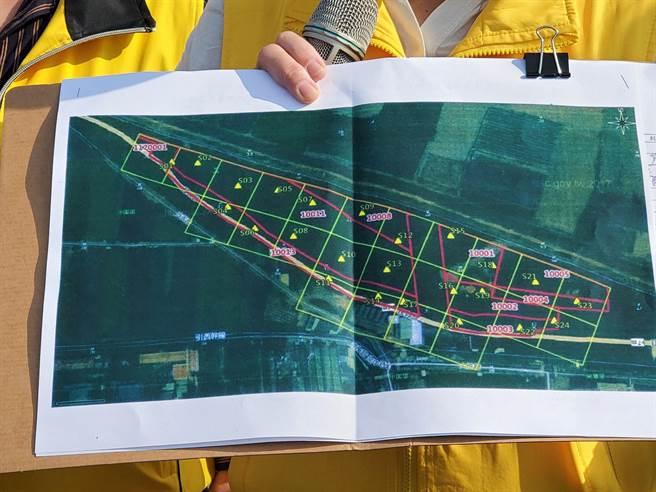 李的委任律師張捷安表示,S13採點不曾在李家租用的土地範圍裡,圖為陳椒華手持的會勘圖。(周麗蘭攝)
