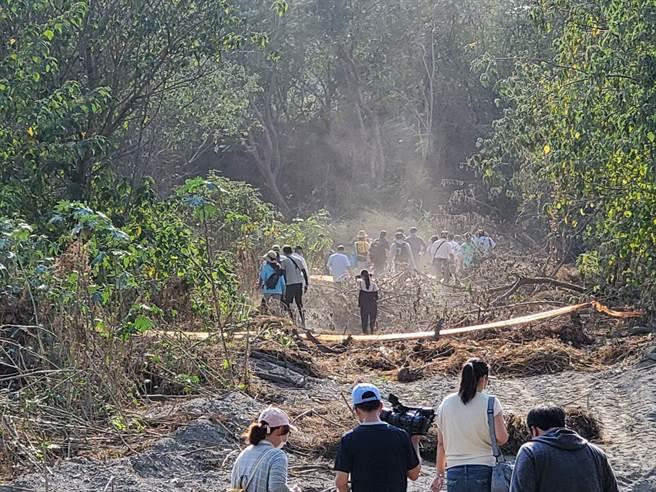 時力立委陳椒華29日舉辦西螺東南段1-11號現勘,並由台南社大做土壤快篩。(周麗蘭攝)