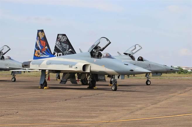 泰國空軍的F-5E,從機背上的刀狀天線就可知,它有進行性能升級。(圖/泰國空軍)