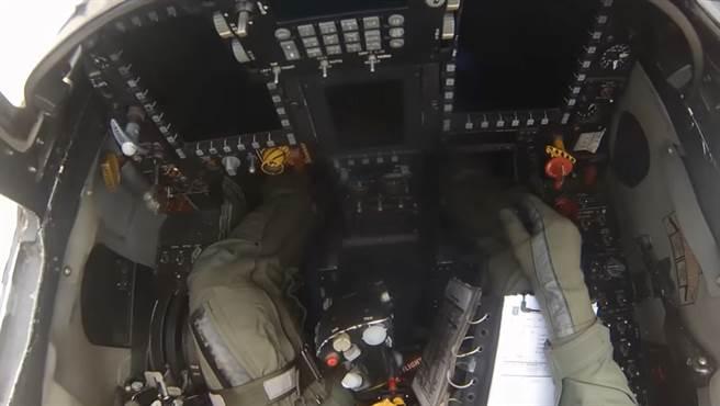 巴西的F-5M,已有好幾具多功能儀表。(圖/youtbue)