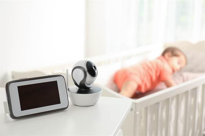 伯恩山犬擔起哥哥姊姊的重責,每晚都會跑進嬰兒房裡,查看寶寶是否安全(示意圖/達志影像)