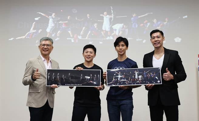 中華奧會顧問孫立群(左起)、射箭女將雷千瑩、拳擊女將林郁婷、北市大教授王家玄,一起宣布東京奧運中華隊全新形象照。(中華奧會提供)