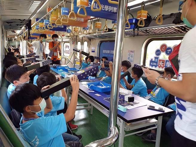 嘉義學子搭科普列車,一路上在車廂裡玩科普遊戲。(嘉義市政府提供)