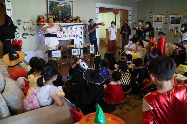 新興國際中小學一年級學生約160人日前下午變裝現身桃園台茂購物中心,製造現場歡樂過節氣氛。(校方提供/賴佑維桃園傳真)