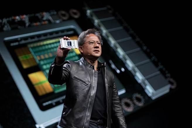 軟銀集團董事長孫正義今表示,軟銀將安謀(Arm)出售給美國晶片廠輝達(Nvidia),將加速人工智慧(AI)的採用率,他更將輝達執行長黃仁勳(見圖)比喻成「下一個賈伯斯」。(圖/業者提供)